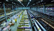 photo d'équipe Saturne Services dans un entrepôt de stockage